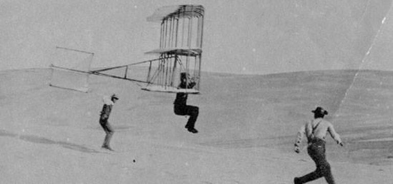 پرواز یکی از برادران رایت با گلایدر پیشرفته خود