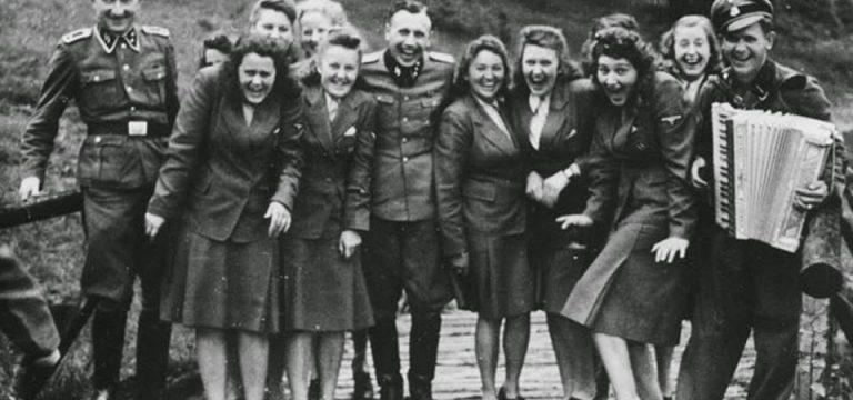 """یکی از مشهورترین عکس های جنگ جهانی دوم نام """"لبخند آشوتیس"""""""