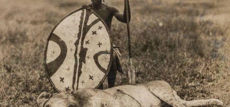 """شکار شیر با وسایل شکار ابتدایی توسط یک جنگجوی """"ماسایی"""""""